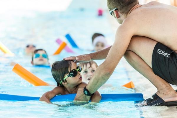 Villa Sport : Les jeunes arédiens se jettent à l'eau avec l'Académie du Savoir Nager.